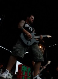 photo-Kevin-Skaff-a-day-to-remember-guitarist